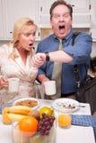 Pares forçados na cozinha tarde para o trabalho imagens de stock royalty free