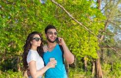 Pares Forest Summer Vacation verde tropical de abarcamiento, gente joven hermosa en el amor, sonrisa feliz de la mujer del hombre Fotografía de archivo