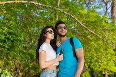 Pares Forest Summer Vacation verde tropical de abarcamiento, gente joven hermosa en el amor, sonrisa feliz de la mujer del hombre Fotografía de archivo libre de regalías