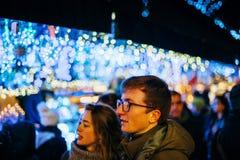 Pares franceses que caminan en el mercado de la Navidad con el fondo del bokeh Fotografía de archivo