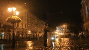 pares Gângster-denominados na rua da cidade da noite, no dinheiro de jogo no ar e no beijo então video estoque