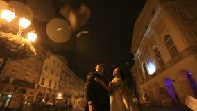 pares Gângster-denominados na rua da cidade da noite, no dinheiro de jogo no ar e no beijo então sob a chuva filme