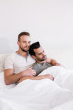 Pares gay dormidos que mienten en cama Imagenes de archivo