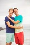 Pares gay en la playa Foto de archivo