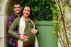 Pares grávidos bonitos Fotos de Stock Royalty Free