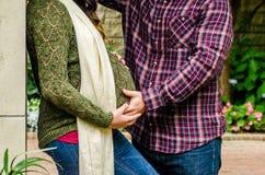 Pares grávidos bonitos Foto de Stock Royalty Free