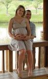 Pares grávidos de sorriso Fotos de Stock Royalty Free