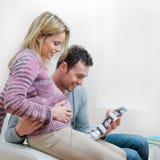 Pares grávidos de sorriso com varredura do ultra-som Fotografia de Stock Royalty Free
