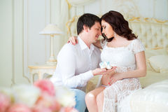 Pares grávidos dos jovens com montantes do bebê para o menino recém-nascido imagem de stock royalty free