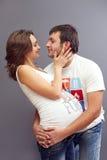 Pares grávidos dos jovens no amor Fotografia de Stock