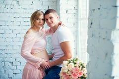 Pares grávidos dos jovens que esperam o bebê Gravidez feliz e saudável foto de stock royalty free