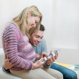 Pares grávidos Loving com varredura do ultra-som do bebê Imagem de Stock Royalty Free