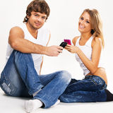 Pares hermosos con los teléfonos móviles Fotografía de archivo libre de regalías