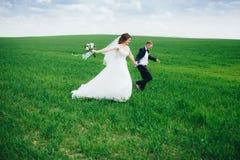 Pares hermosos de la boda en el campo Fotografía de archivo