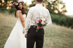 Pares hermosos de la boda en parque Bese y abrácese Imagenes de archivo