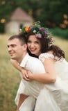 Pares hermosos de la boda en parque Bese y abrácese Foto de archivo
