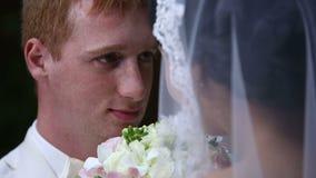 Pares hermosos de la boda junto secuencia almacen de metraje de vídeo