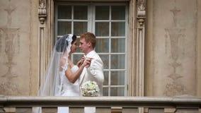 Pares hermosos de la boda junto secuencia almacen de video