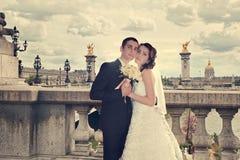 Pares hermosos de la boda Novia y novio en el puente de Alejandro III en París Foto de archivo libre de regalías