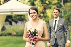 Pares hermosos de la boda que disfrutan de casarse imagenes de archivo
