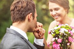 Pares hermosos de la boda que disfrutan de casarse fotos de archivo libres de regalías