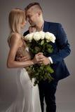 Pares hermosos de la boda que presentan en estudio Imágenes de archivo libres de regalías