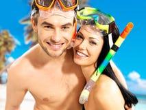 Pares hermosos de la diversión en la playa tropical con la máscara de la natación foto de archivo libre de regalías