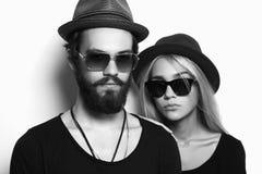 Pares hermosos de la moda en sombrero junto Muchacho y muchacha del inconformista Fotos de archivo