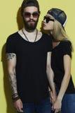 Pares hermosos de la moda en sombrero junto Muchacho y muchacha del inconformista Foto de archivo