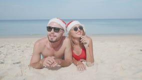 Pares hermosos de la playa de la Navidad Foto de archivo libre de regalías