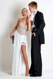 Pares hermosos del espía en vestido de noche con armas Foto de archivo libre de regalías