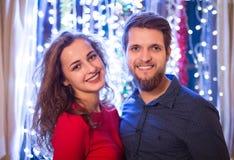 Pares hermosos del inconformista que celebran Noche Vieja juntos Foto de archivo libre de regalías