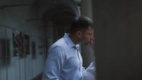 Pares hermosos del recién casado del viajero que se besan en balcón italiano almacen de metraje de vídeo