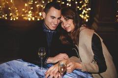 Pares hermosos en el amor que disfruta y que pasa del tiempo junto Imagen de archivo libre de regalías