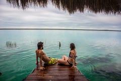Pares hermosos en el amor que mira el lago tranquilo Bacalar Fotos de archivo libres de regalías