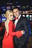 Pares hermosos en el casino imágenes de archivo libres de regalías