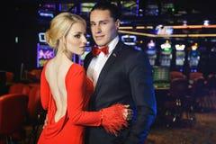 Pares hermosos en el casino imagen de archivo libre de regalías