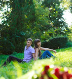 Pares hermosos en el parque del verano Foto de archivo libre de regalías