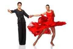 Pares hermosos en la danza activa del latino Fotos de archivo libres de regalías