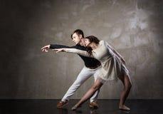 Pares hermosos en la danza de salón de baile activa Imagen de archivo libre de regalías