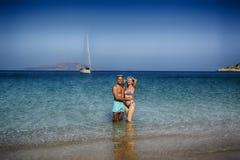 Pares hermosos en la playa en Grecia imagen de archivo