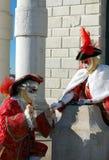 Pares hermosos en los trajes y las máscaras coloridos, Santa Maria della Salute Foto de archivo