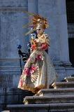 Pares hermosos en los trajes y las máscaras coloridos, Santa Maria della Salute Imagen de archivo libre de regalías