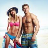 Pares hermosos felices que gozan en la playa Fotografía de archivo