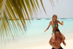 Pares hermosos felices que gozan en la playa en el día soleado h de Maldivas Imagenes de archivo