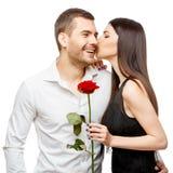 Pares hermosos jovenes con las flores aisladas en blanco Imagen de archivo libre de regalías