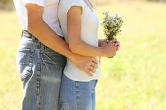 Pares hermosos jovenes en amor con un ramo de flores en natu Fotografía de archivo libre de regalías