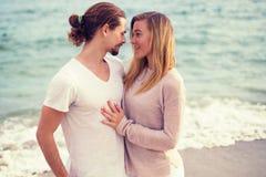 Pares hermosos jovenes en el abrazo de la playa Fotos de archivo