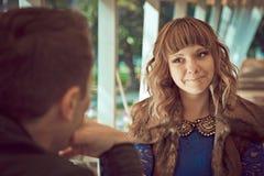 Pares hermosos jovenes lindos que se sientan en el restaurante Fotos de archivo libres de regalías