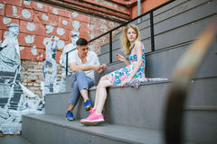 Pares hermosos jovenes que juegan a ajedrez al aire libre en ciudad Foto de archivo